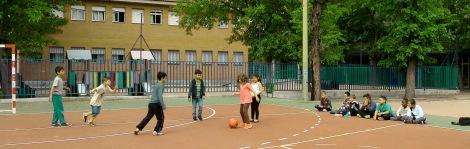 Jugando al fútbol en el Patio