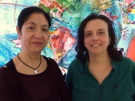Isabel y Marta sonríen frente a la cristalera del Núñez