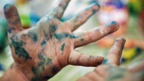 Con las manos en el color
